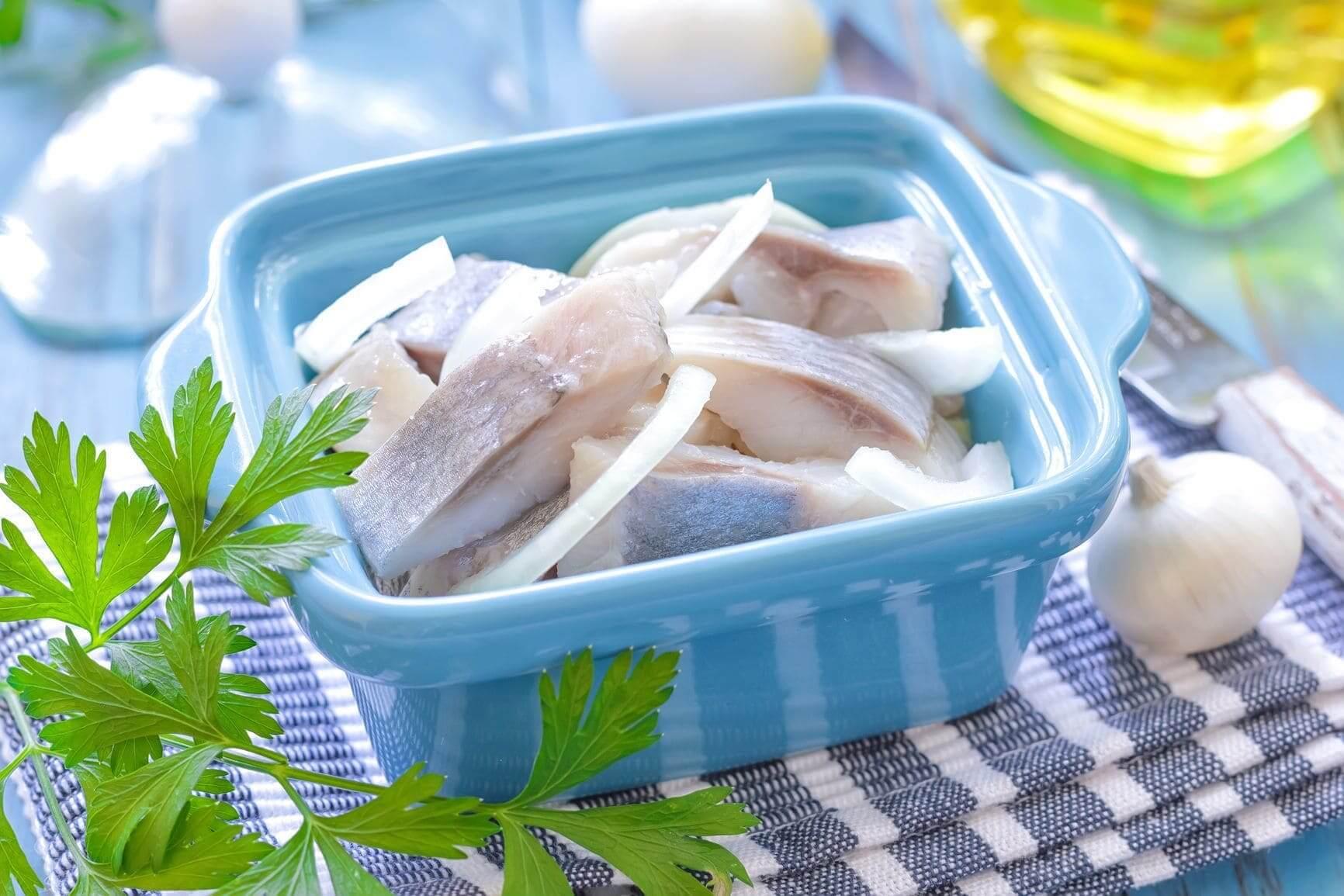 Как сохранить селедку в холодильнике подольше: сколько можно хранить соленую сельдь без рассола в домашних условиях