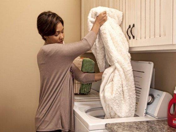 Как правильно стирать меховой плед, чтобы продлить сроки его службы