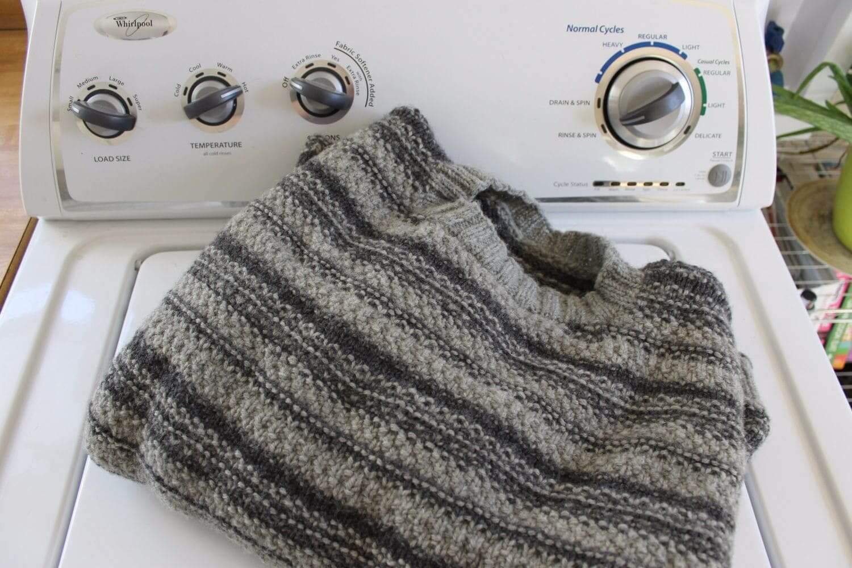 Как постирать шерстяной свитер в домашних условиях?