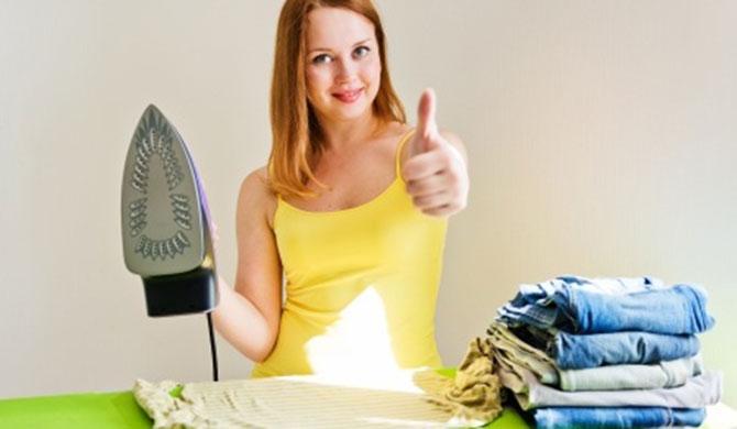 Девушка гладит белье