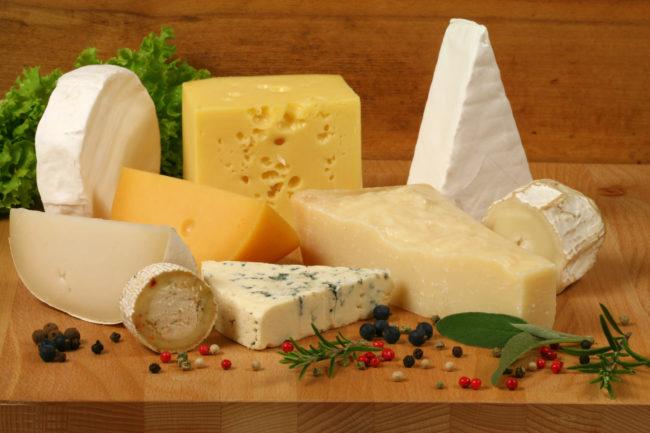Как правильно хранить сыр разными способами?