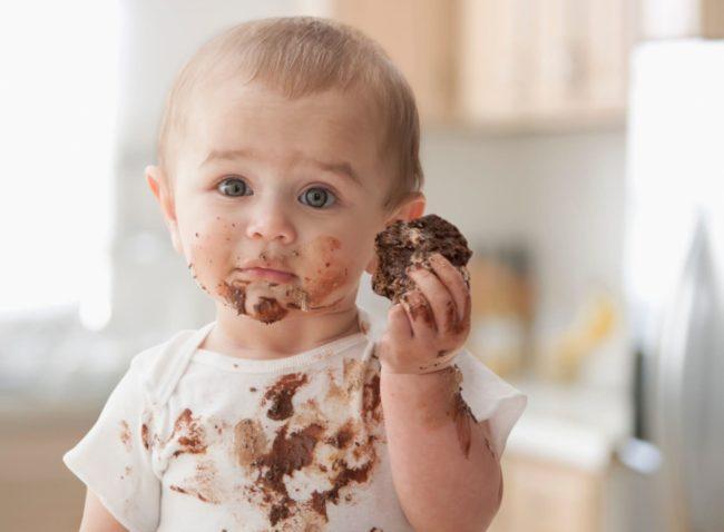 Эффективные методы, как отстирать шоколадное пятно с одежды