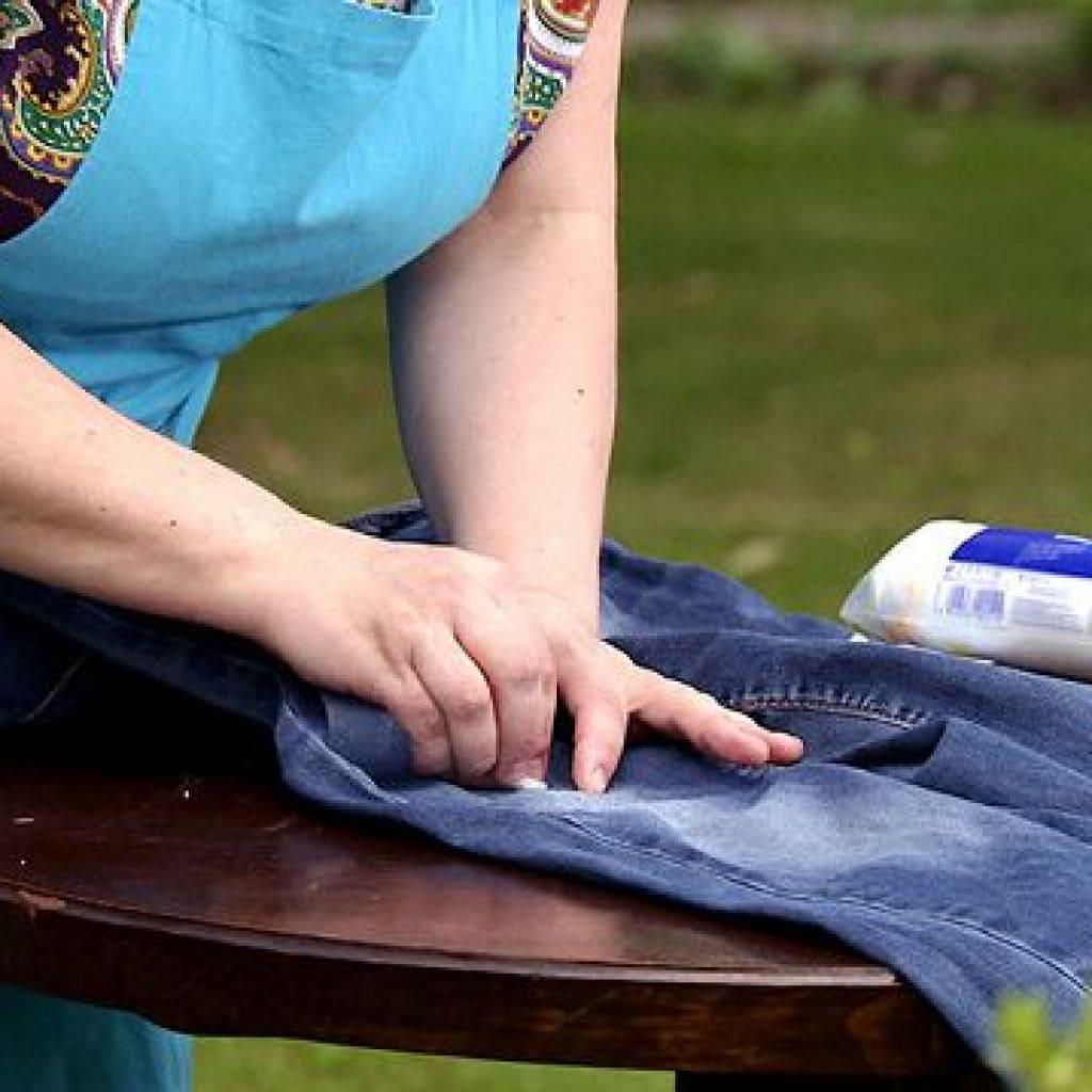 Чем вывести старые жирные пятна с джинсов фото