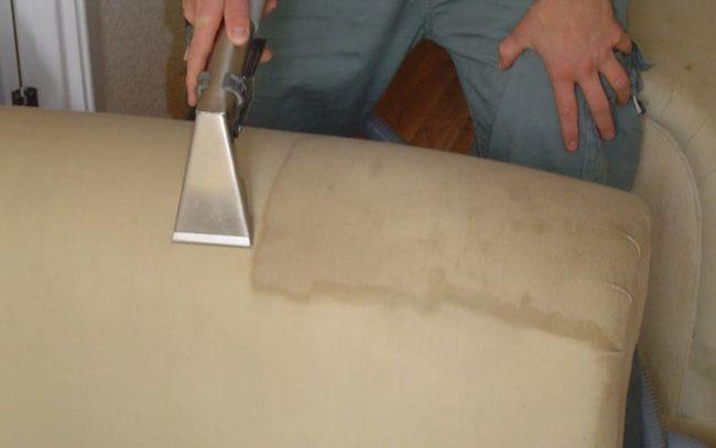 Способы удаления кровяных пятен с обшивки мягкой мебели