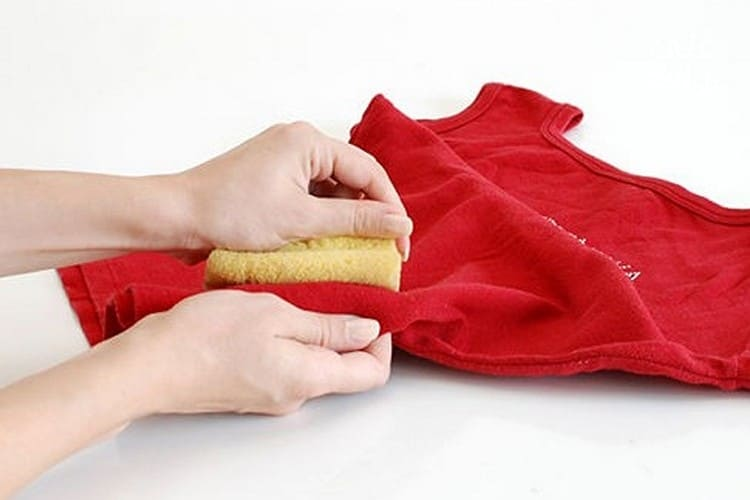 Как вывести жирное пятно на темной ткани фото
