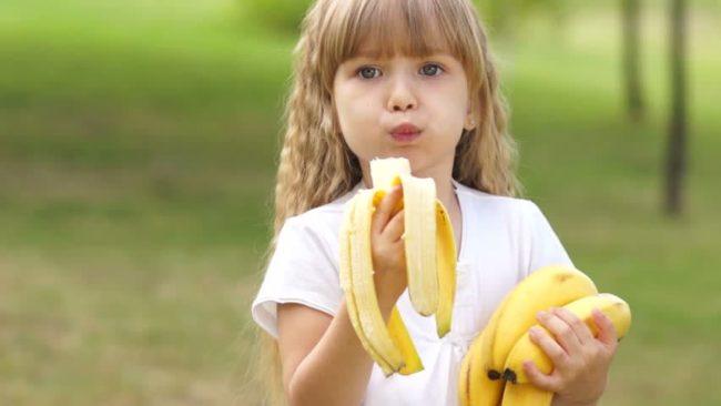 Как избавиться от пятен банана на детской одежде