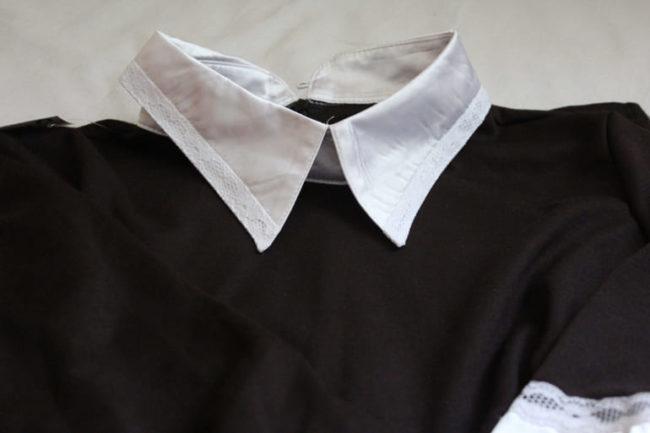 Легкая стирка белого воротника на черном платье
