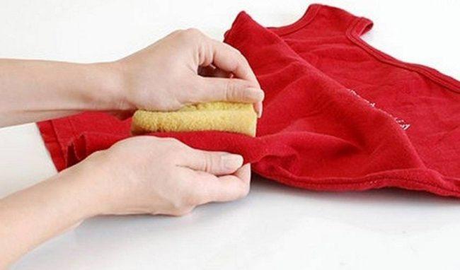 Как и чем безопасно отстирать цветную одежду от пятен?