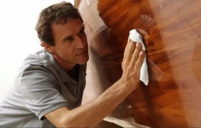Как быстро убрать свежие и старые пятна с мебели