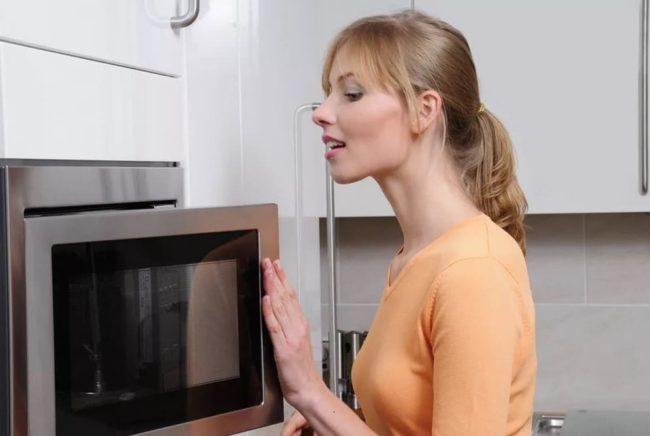Простые способы, как быстро вымыть микроволновку от жира