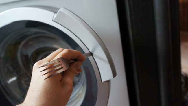 Что делать, если в стиральной машине не открывается дверь после стирки