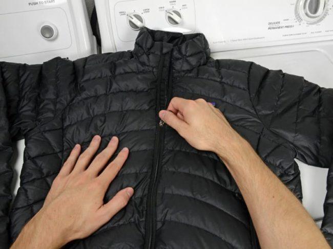 Как стирать куртку на пуху в стиральной машине и руками, чтобы пух не сбивался
