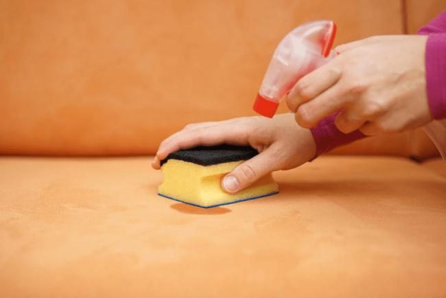 Как отстирать рвоту с мягкой мебели и одежды?
