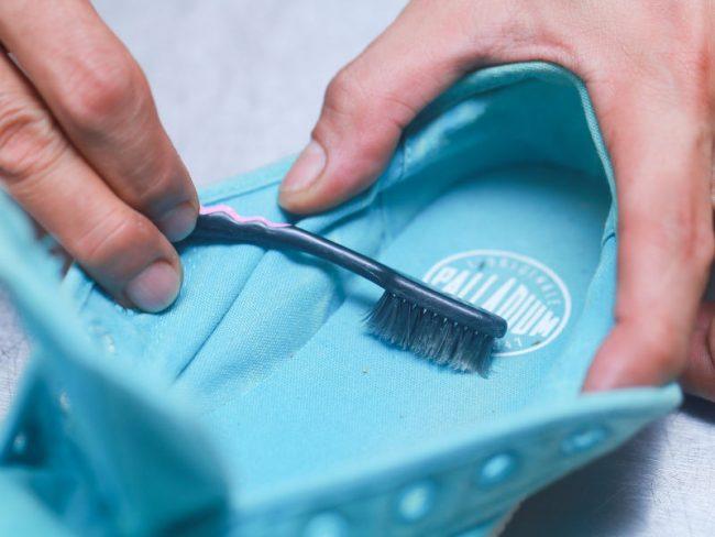 Как правильно стирать белые кроссовки