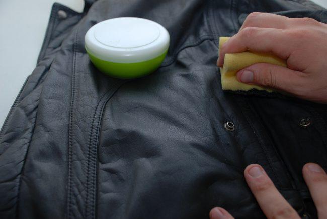 Как отстирать засаленные места на куртке?