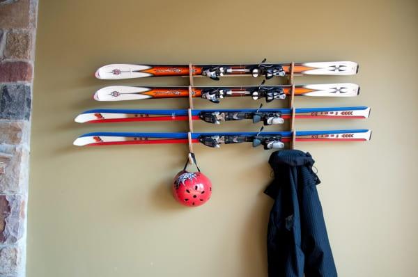 Как хранить лыжи дома: место, подготовка, рекомендации