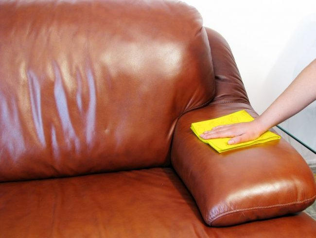 Удаление разных видов пятен с кожаного дивана