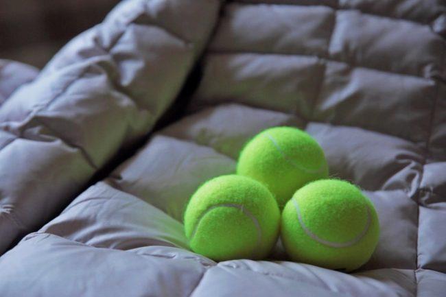 Как стирать пуховик используя теннисные мячики